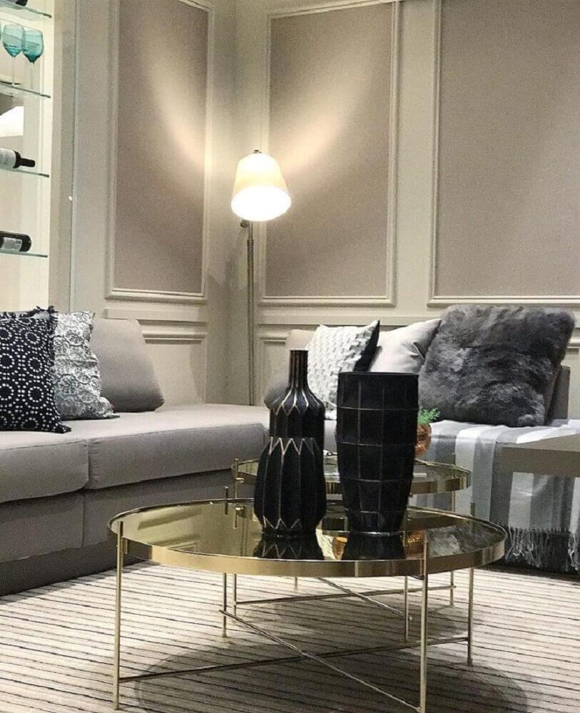 decoração para sala em tons neutros com boiserie e mesa de centro dourada Foto Camila Klein