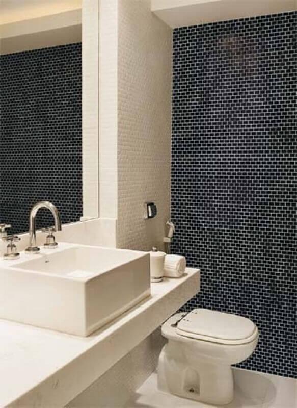 decoração preta e branca para banheiro com pastilha preta Foto Raphaela Rabelo