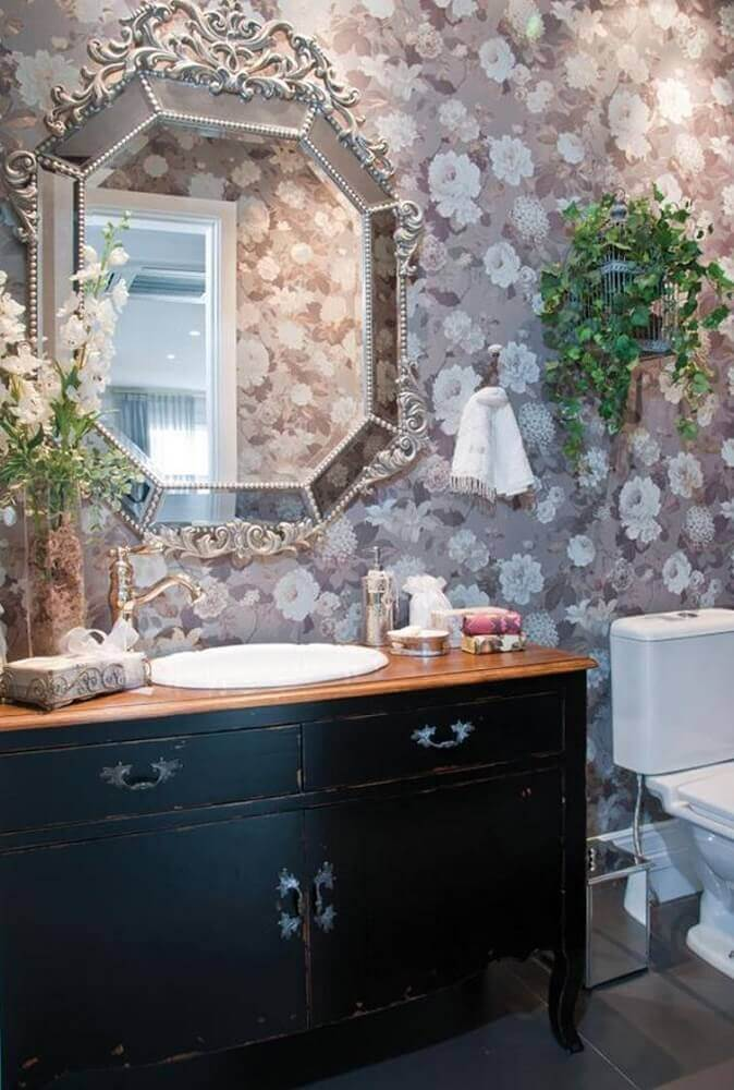 decoração provençal para banheiro com papel de parede floral Foto Hall Arquitetura