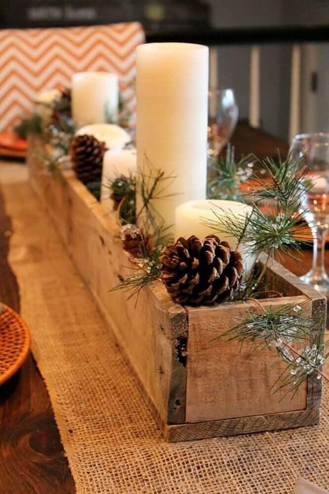 . Decoração rústica feita com arranjos de natal com velas em suporte de madeira - Foto: Pinterest