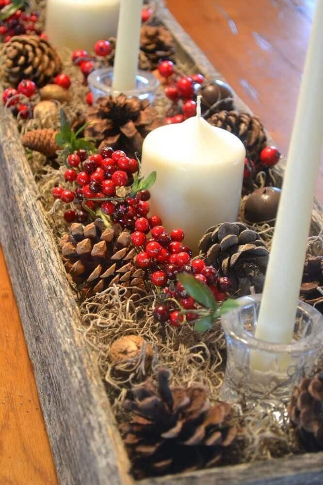 decoração rústica feita com arranjos de natal com velas e pinhas Foto Leka Guimarães