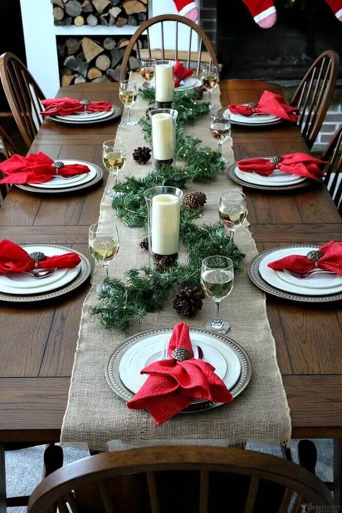 decoração rústica para mesa de natal simples com velas e pinhas Foto Pinterest