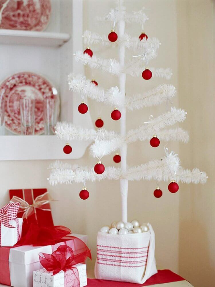 simple decoration with small Christmas tree with red balls Foto Modern Furniture