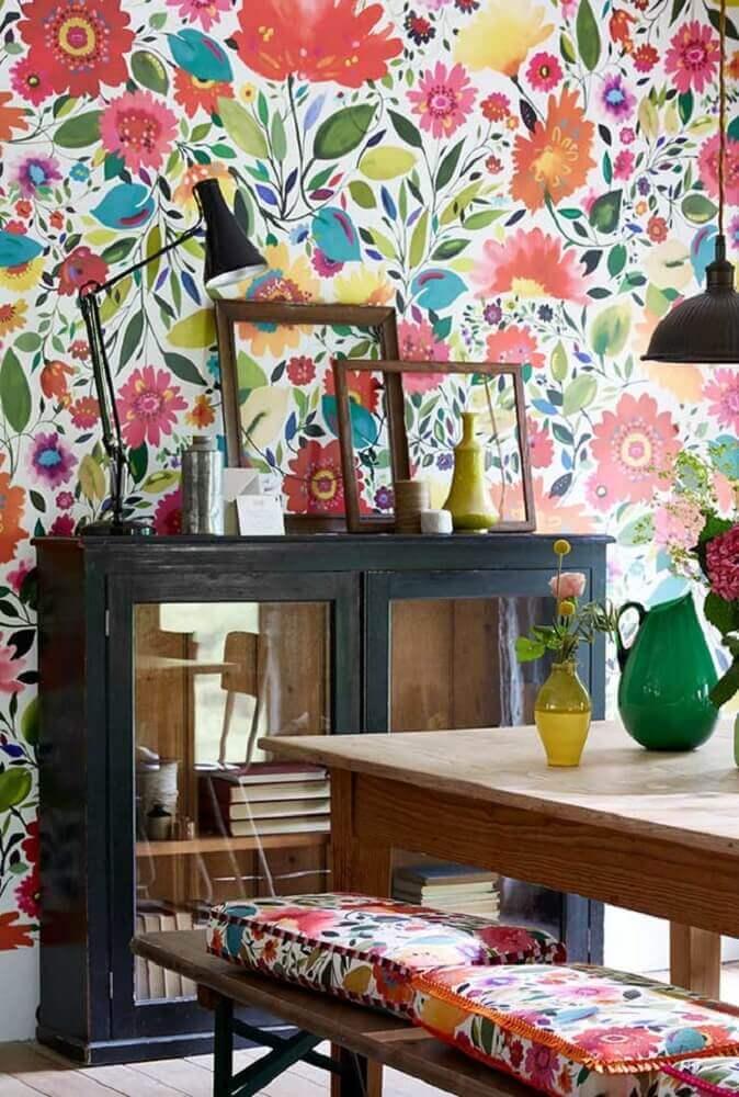 decoração simples com papel de parede com flores coloridas Foto The Holk
