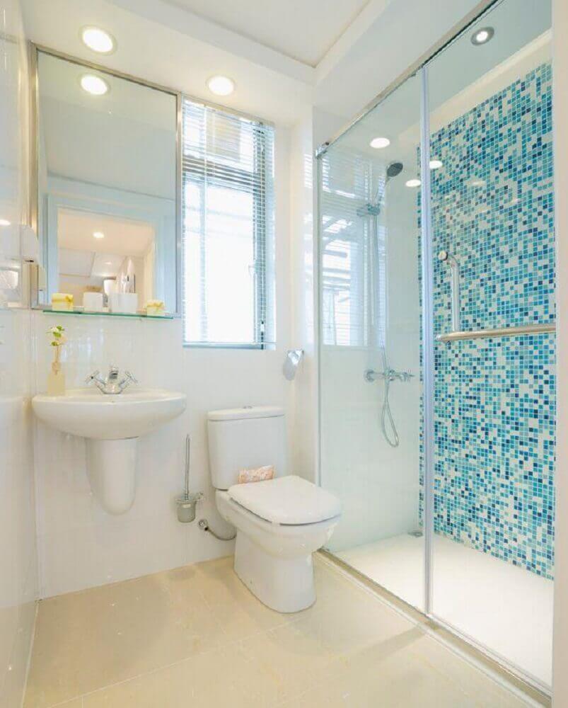 decoração simples para banheiro com pastilha azul Foto Aaron Guides