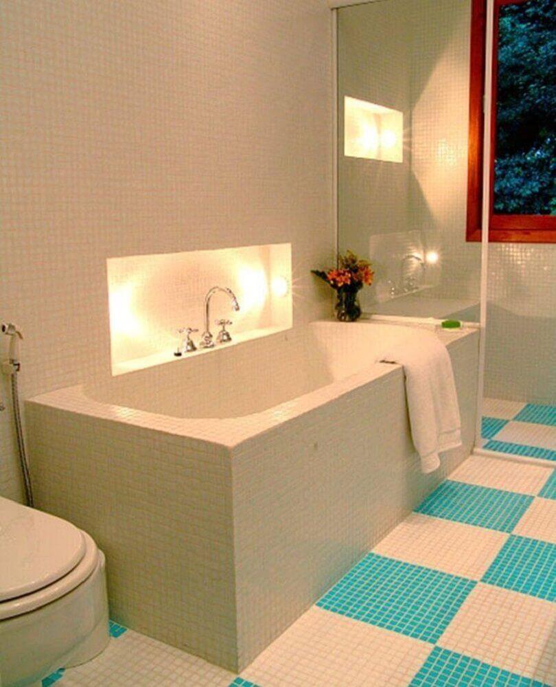 decoração simples para banheiro com pastilha azul e branca nas paredes e piso Foto Adriana Tupinambá
