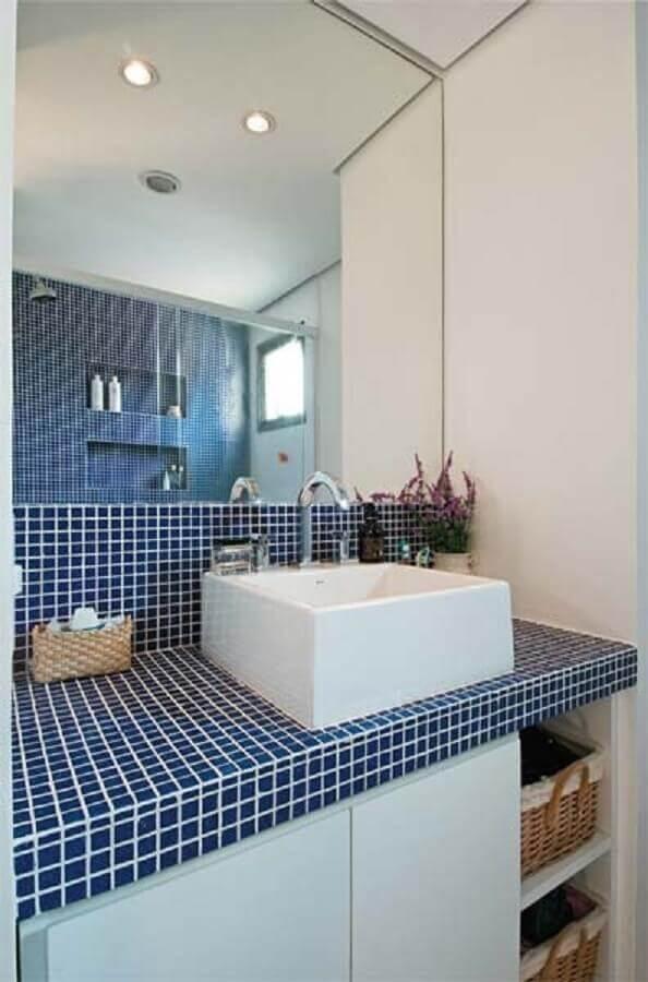 decoração simples para banheiro com pastilha azul na bancada Foto Criando com Design