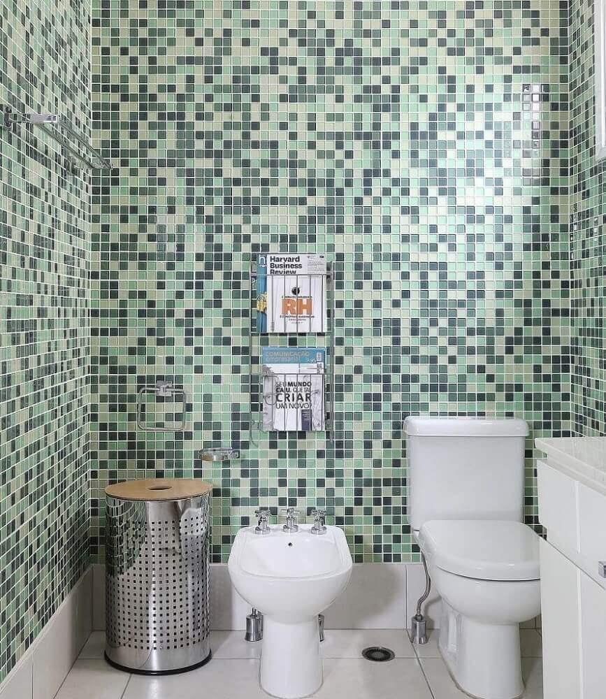 decoração simples para banheiro com pastilha de vidro em tons de verde Foto Taiane Falk