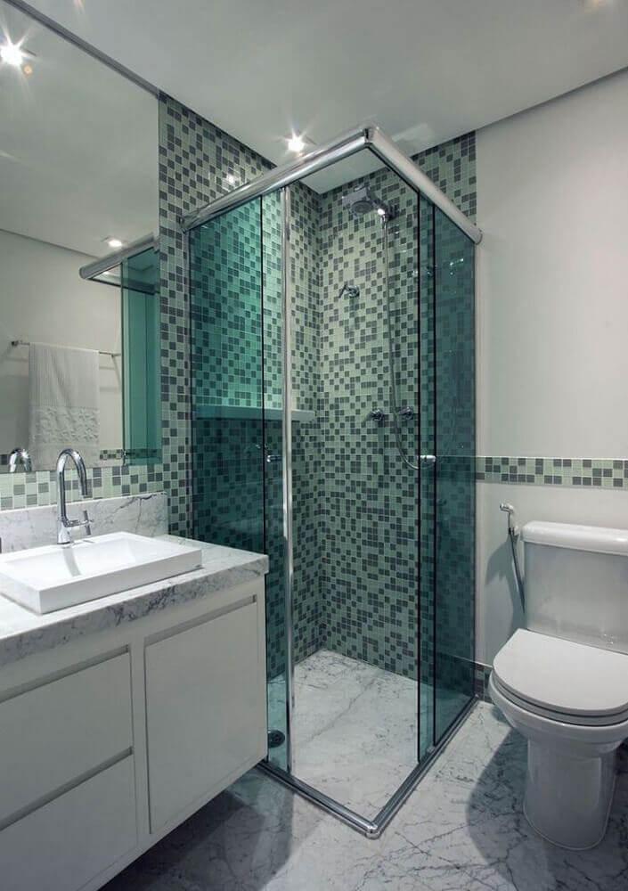 decoração simples para banheiro com pastilha verde e gabinete branco Foto Unike Vidros