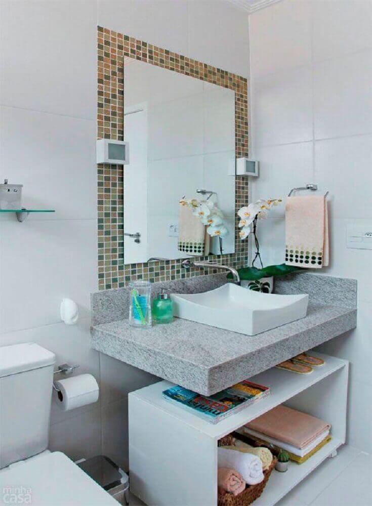 decoração simples para banheiro pequeno com pastilha ao redor do espelho Foto Liusn