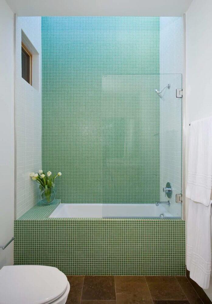 decoração simples para banheiro pequeno com pastilha verde Foto One Kindesign