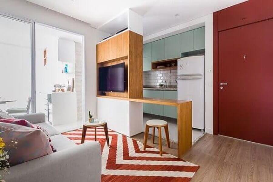 decoração simples para cozinha americana com sala com tapete vermelho e branco Foto Pinterest