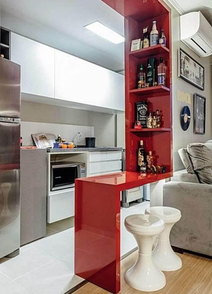 decoração simples para cozinha americana com sala de estar com bancada e nichos vermelhos Foto Zozu