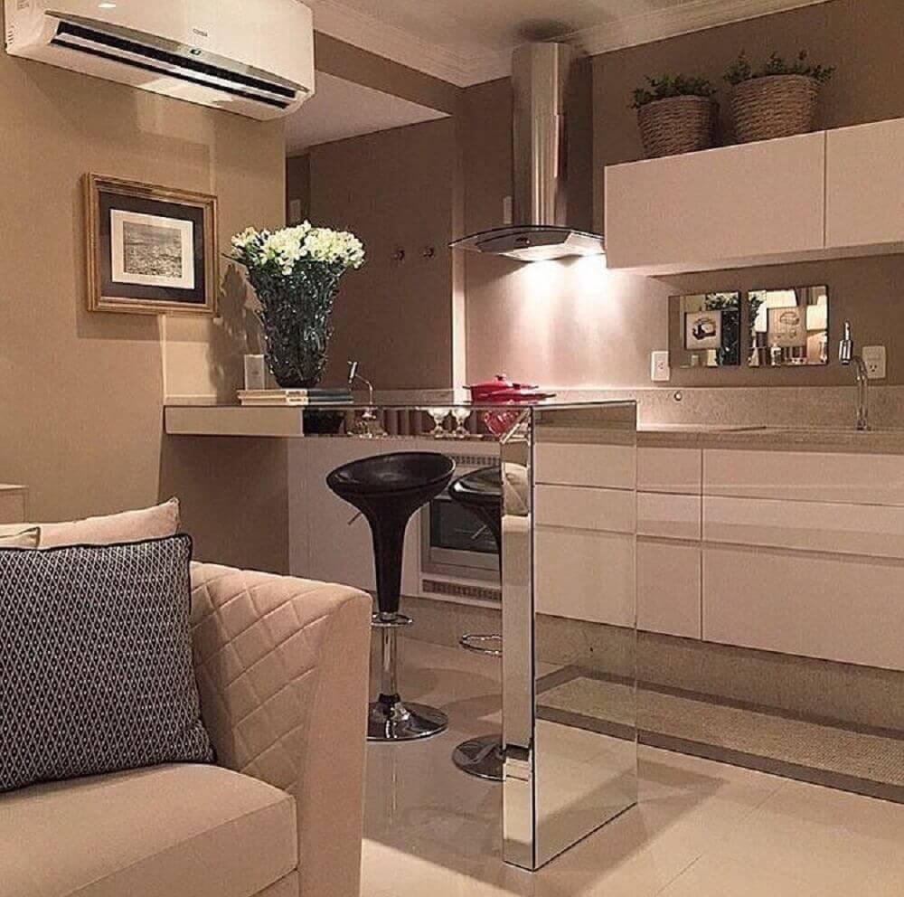 decoração simples para cozinha americana com sala de estar com bancada espelhada Foto The Holk