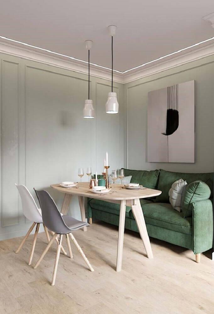 decoração simples para sala com boiserie e sofá verde Foto Pinterest