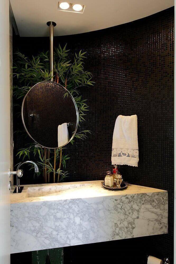 decoração sofisticada para banheiro com pastilha preta e pia esculpida na pedra Foto Rodrigo Fonseca