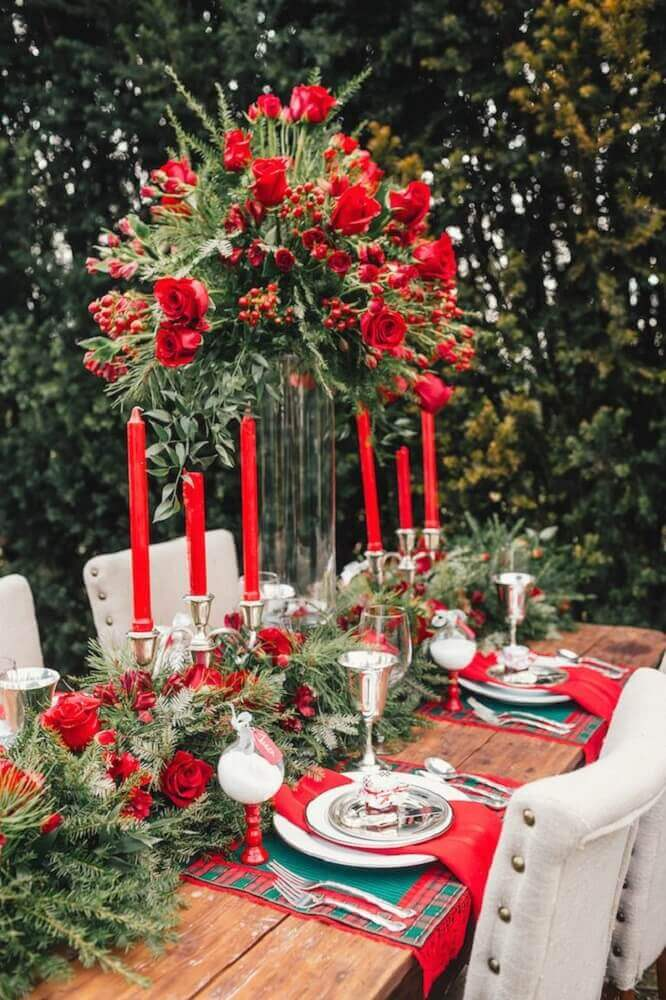 decoração sofisticada para mesa de natal com arranjo de flores e velas Foto Style Me Pretty