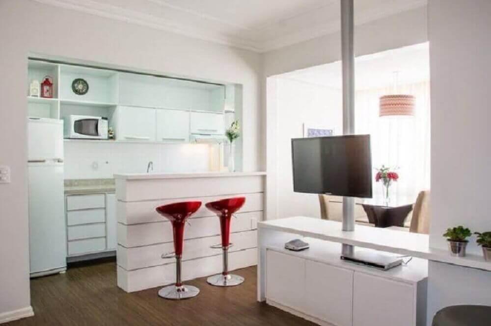 decoração toda branca para cozinha americana com sala de estar com bancadas vermelhas Foto Studio C. A. Arquitetura Consultoria