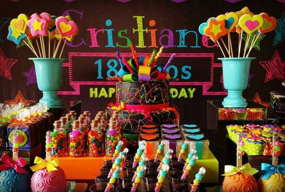 Decoração de festa neon para aniversário de 18 anos