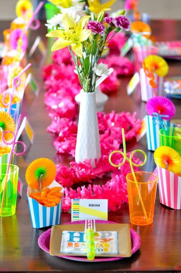 Mesa dos convidados com detalhes de decoração neon