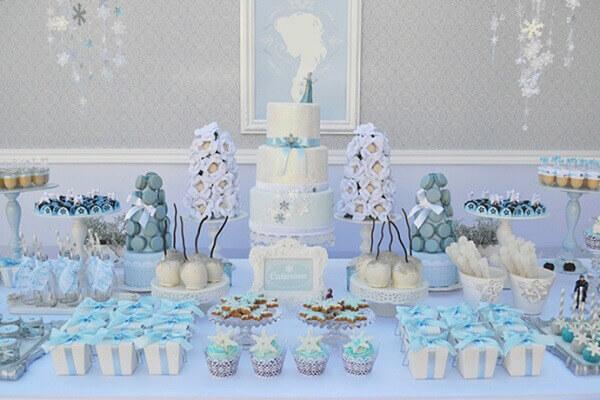 Ideias criativas mesa enfeitada para festa frozen