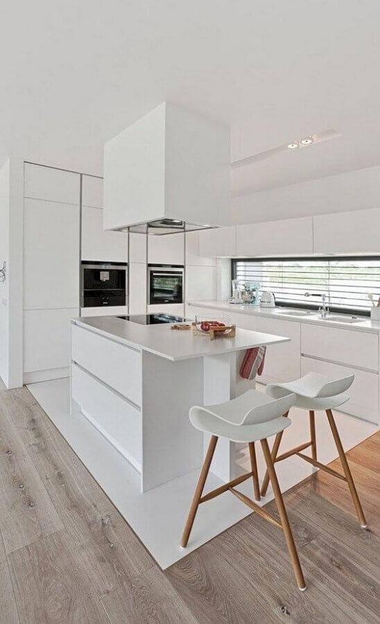 design arrojado de banquetas para cozinha moderna toda branca Foto Idées de Décoration