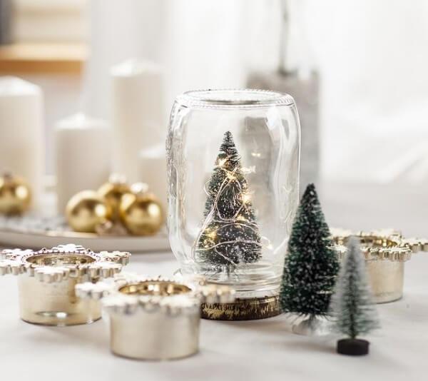 Arranjos de Natal feitos feitos com pote de vidro, velas e mini árvore