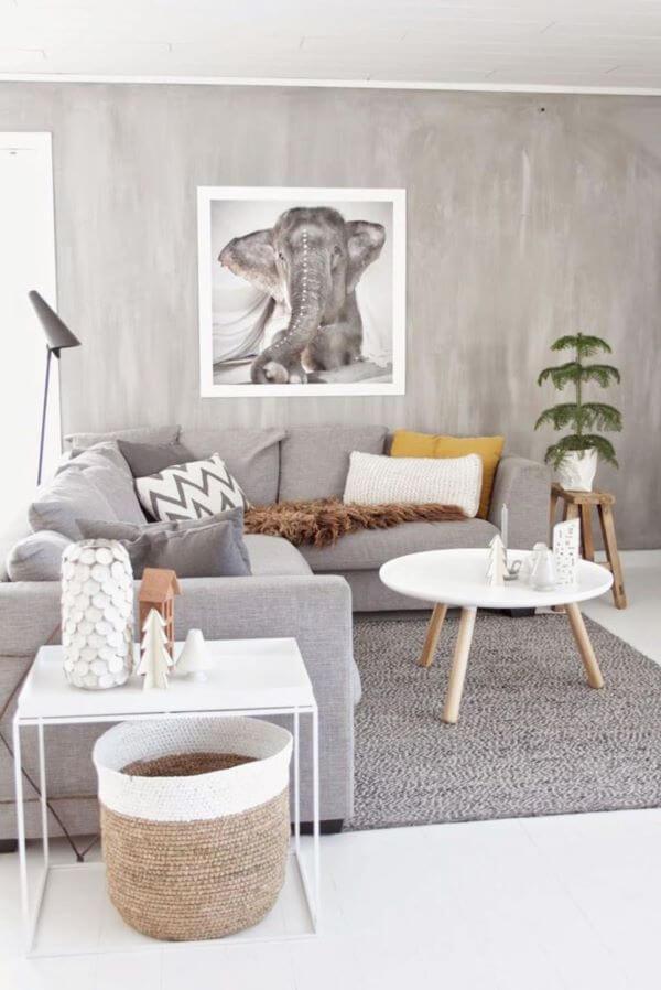 Sala de estar com marmorato e móveis cinza
