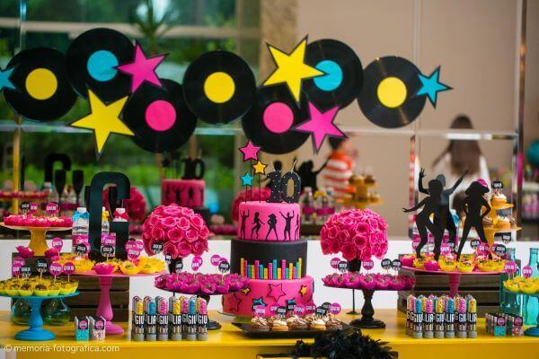 Festa de aniversário com decoração neon