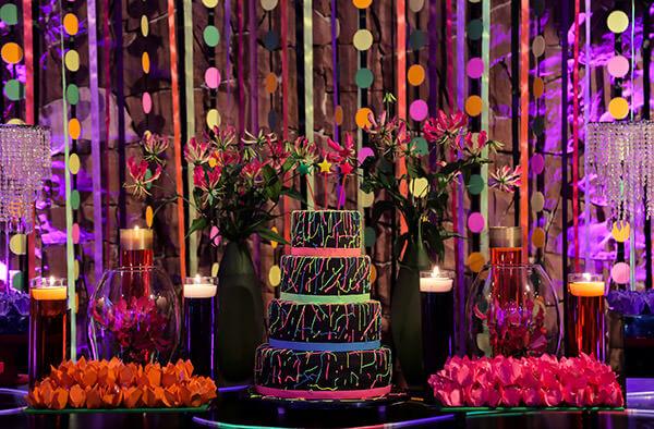 Festa com decoração neon e colorida