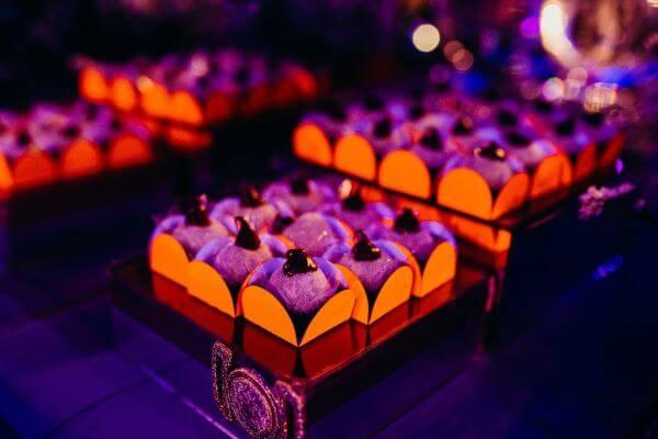 Forminhas de doces para festa neon
