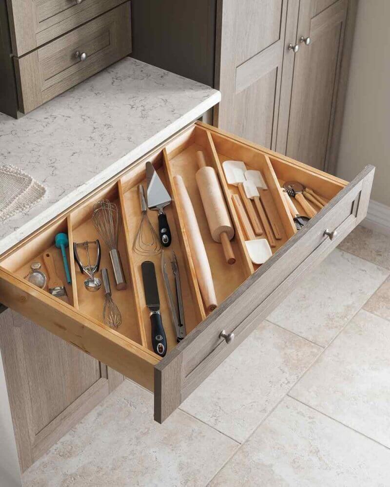 gaveta de armário planejado de cozinha com divisória para talheres Foto Godrej Interio