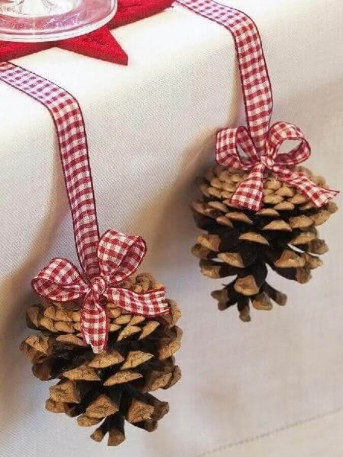 ideia simples para arranjos de natal com pinhas The Holk