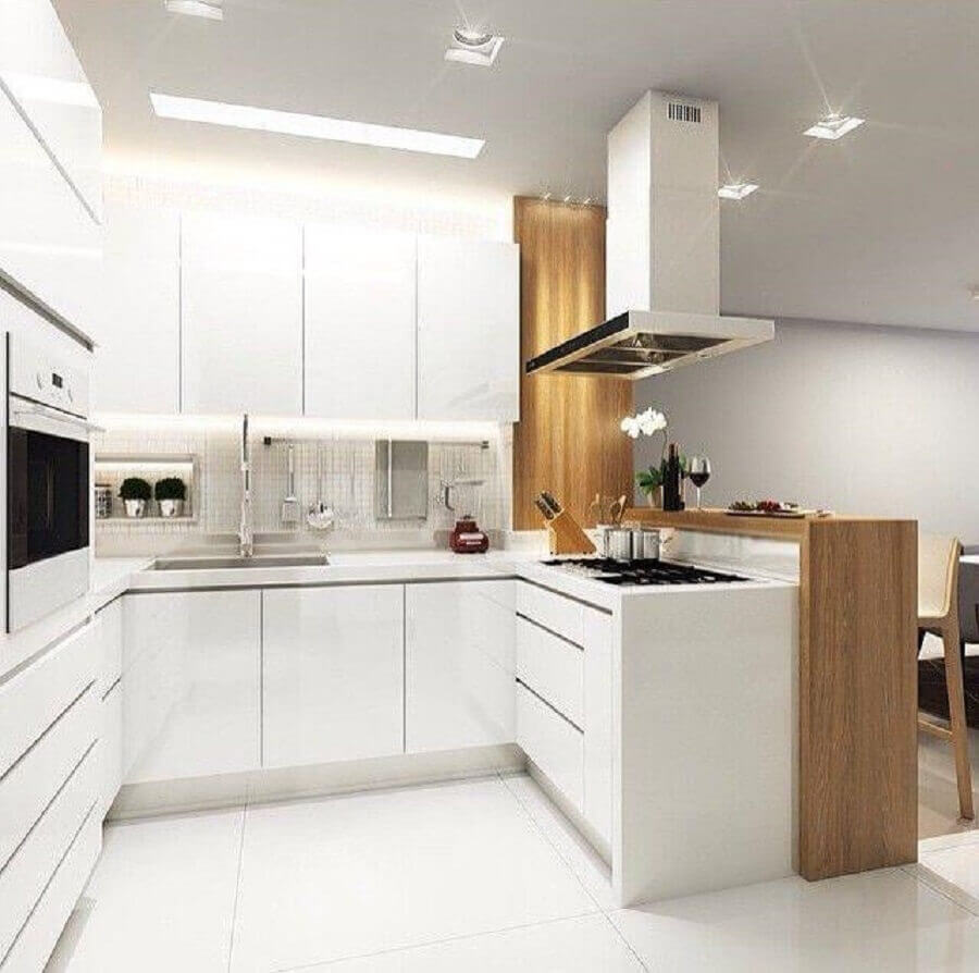 iluminação embutida para cozinha planejada pequena com balcão de madeira Foto Mariah Cardoso Arquitetura