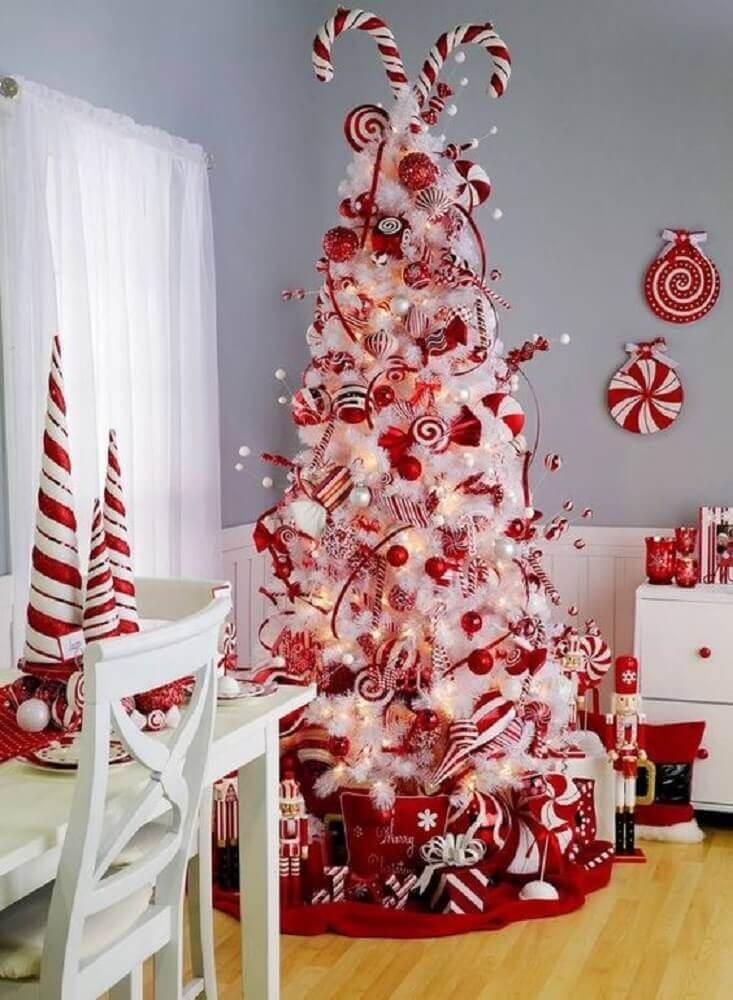 beautiful christmas decoration with white and red christmas tree Photo Chicas Aloha