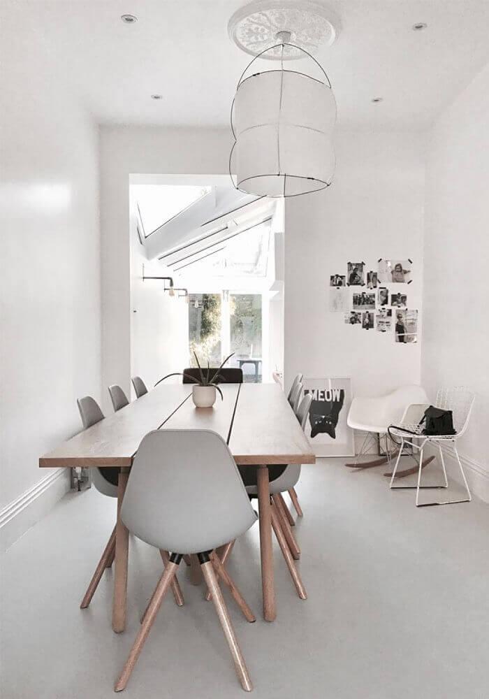 lustre moderno para sala de jantar com cadeiras de pernas palito Foto BellezaRoom