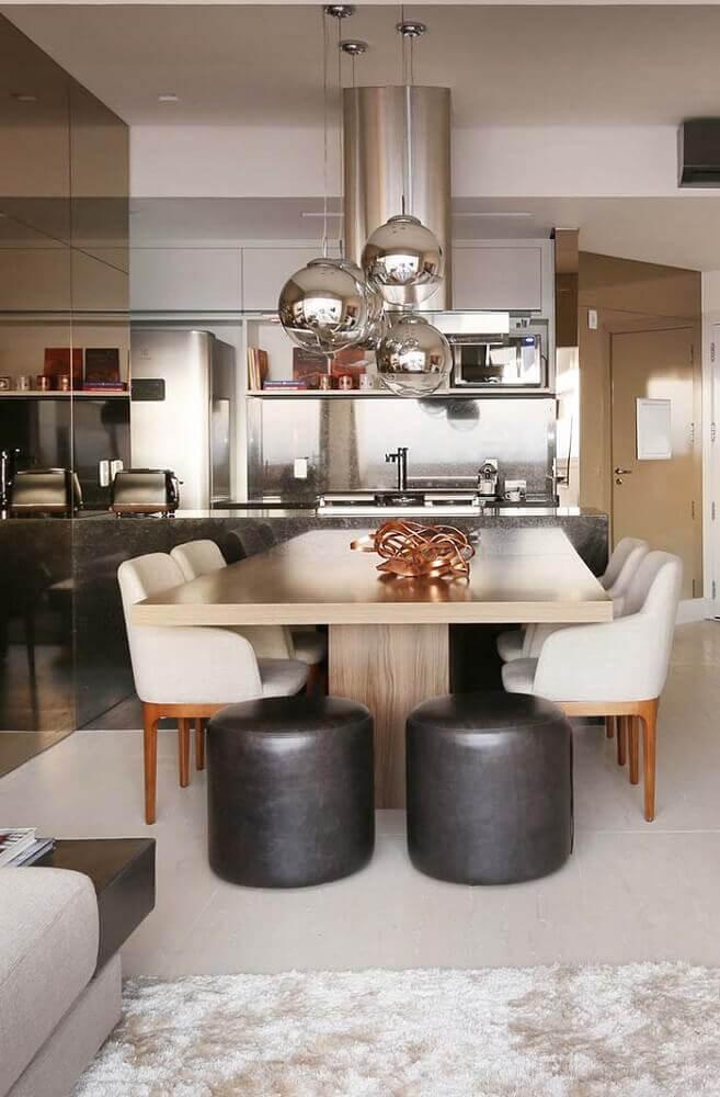lustres modernos para sala de jantar com puff preto e cadeiras brancas Foto Home Decoo