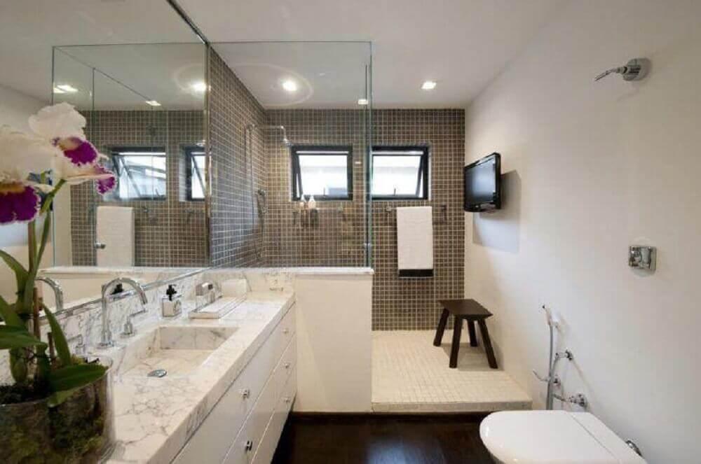 móveis planejados para banheiro amplo com piso de madeira e pastilhas no box Foto Beto Galvez e Nórea de Vitto