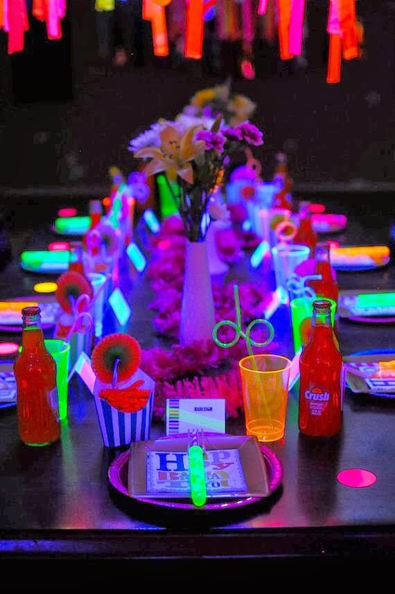 Mesa de doces para festa neon