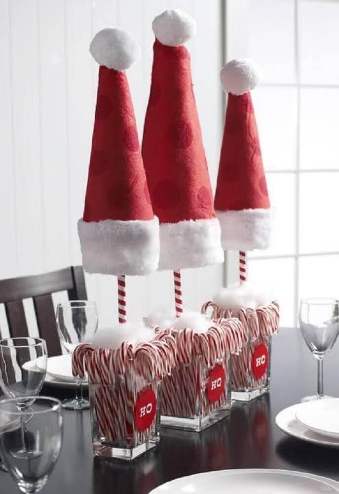 mesa de natal simples decorada com chapéus vermelhos Foto Dale Detalles