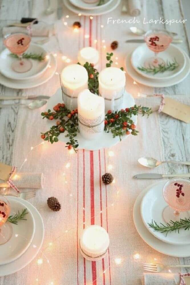 mesa de natal simples e clean decorada com arranjos de velas Foto French Larkspur