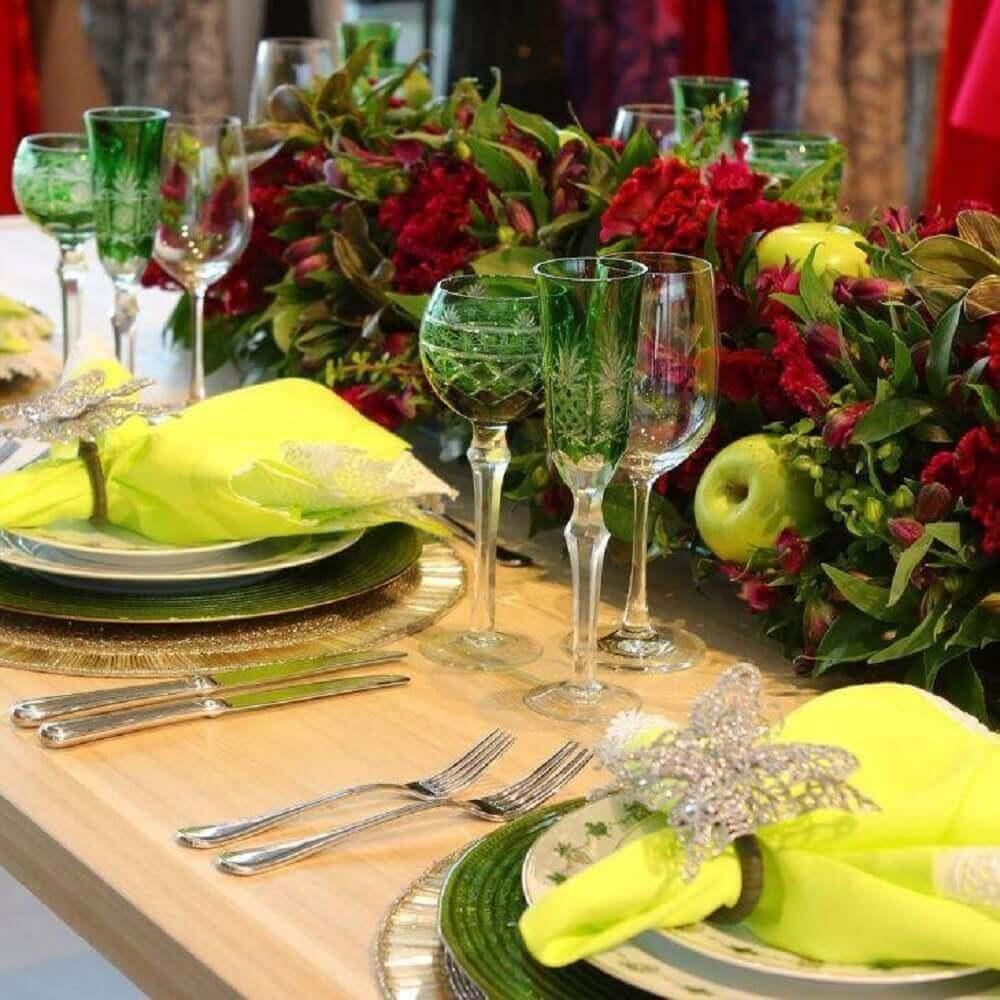 mesa decorada com arranjos de natal com frutas e plantas Foto Nathaly Petruceli