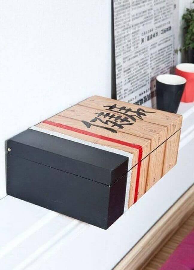 modelo de caixa de madeira decorada com tinta e símbolos orientais Foto Home Decoo
