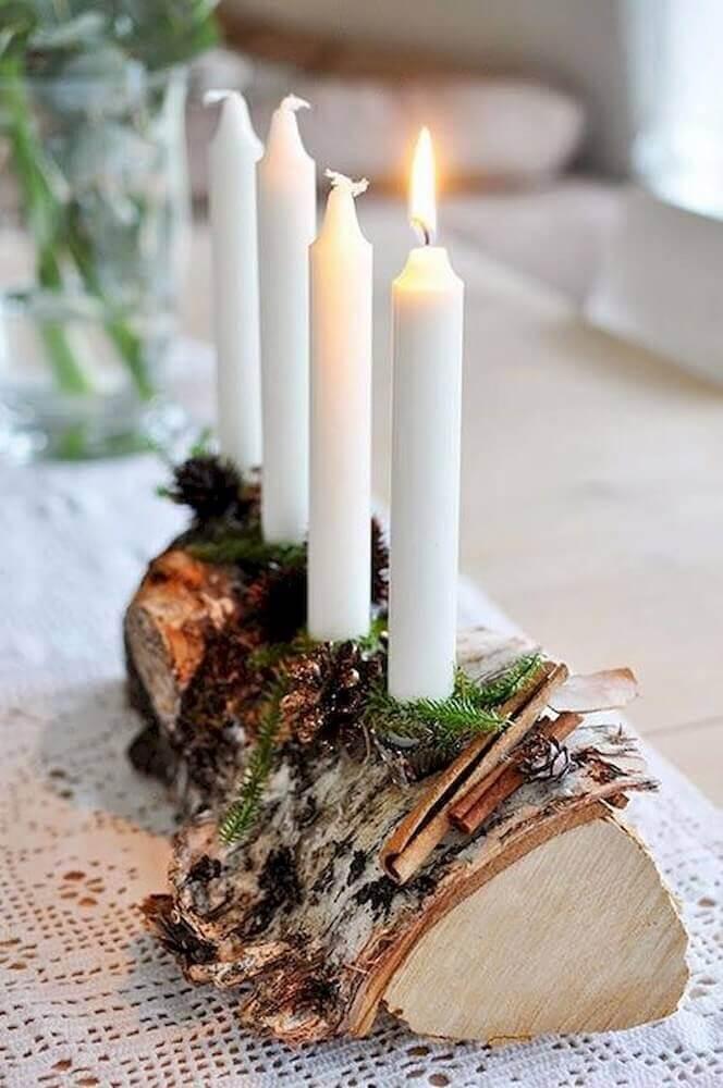 modelo rústico de arranjo de natal com velas e suporte de madeira Foto Klicit