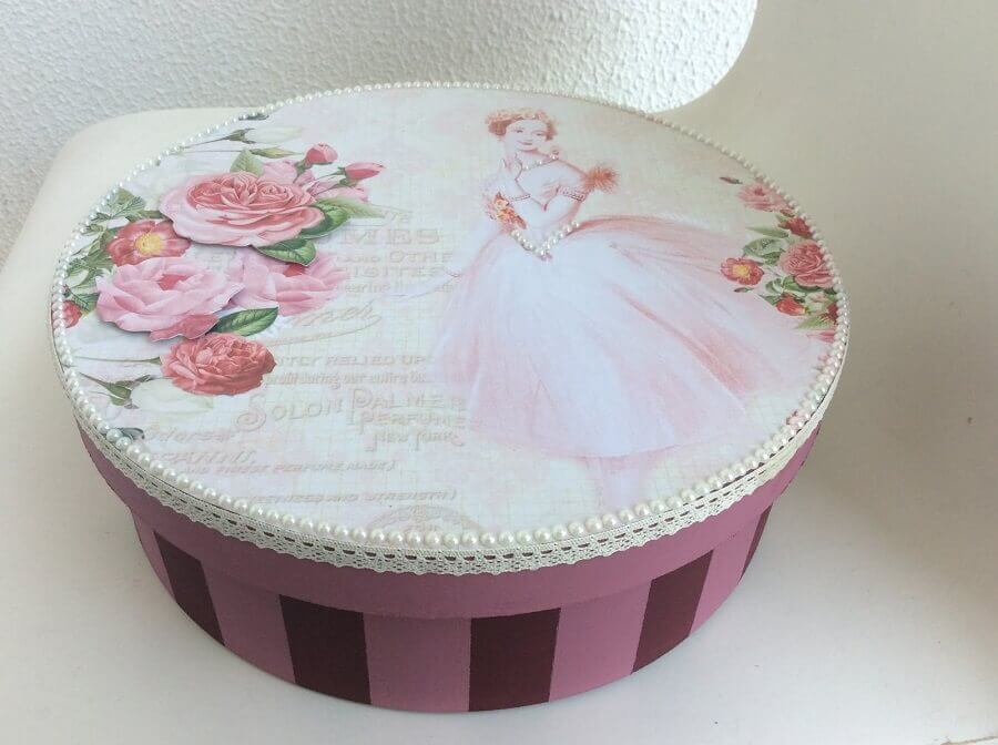 modelo redondo de caixa de madeira decorada com pérolas na tampa Foto Paula Crafting