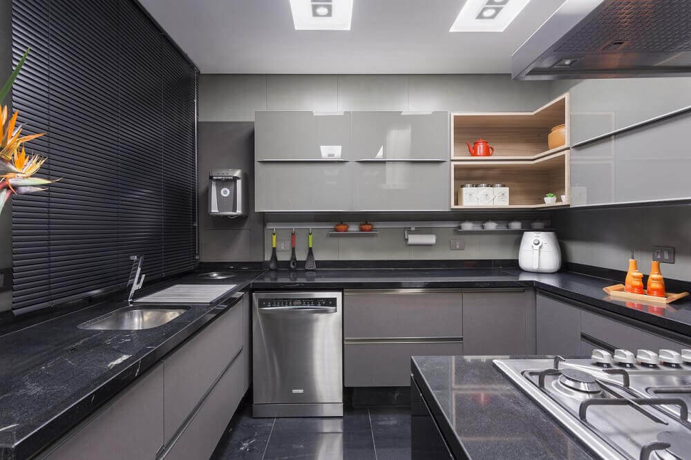 modernidade para cozinha com armário de cozinha planejado em cinza Foto Maria Luisa Mendes