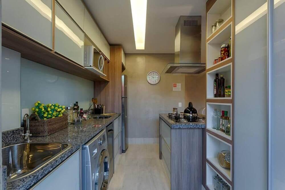 nichos embutidos e armários planejados para cozinha com área de serviço Foto Renata Basques