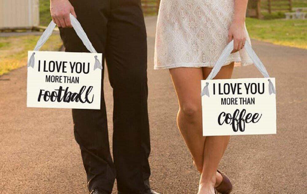 noivos com plaquinhas de casamento Foto Pinterest