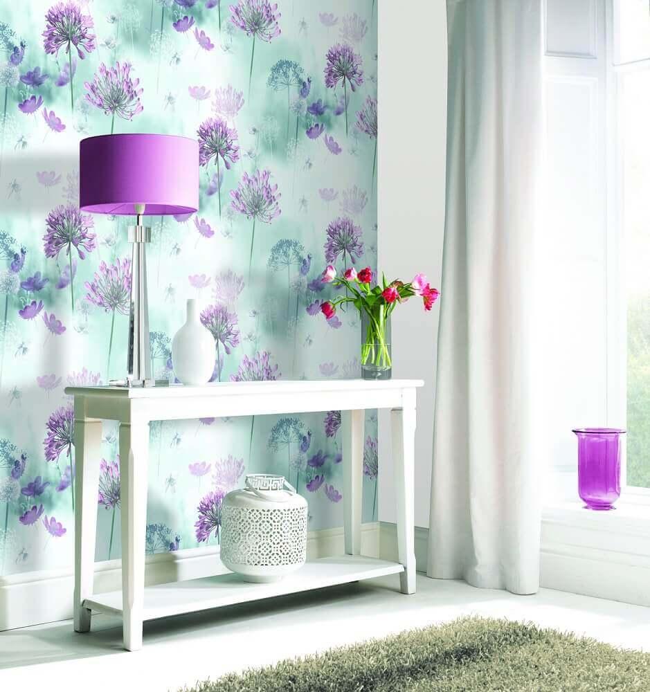papel de parede com flores lilás e fundo azul Foto Oldrids