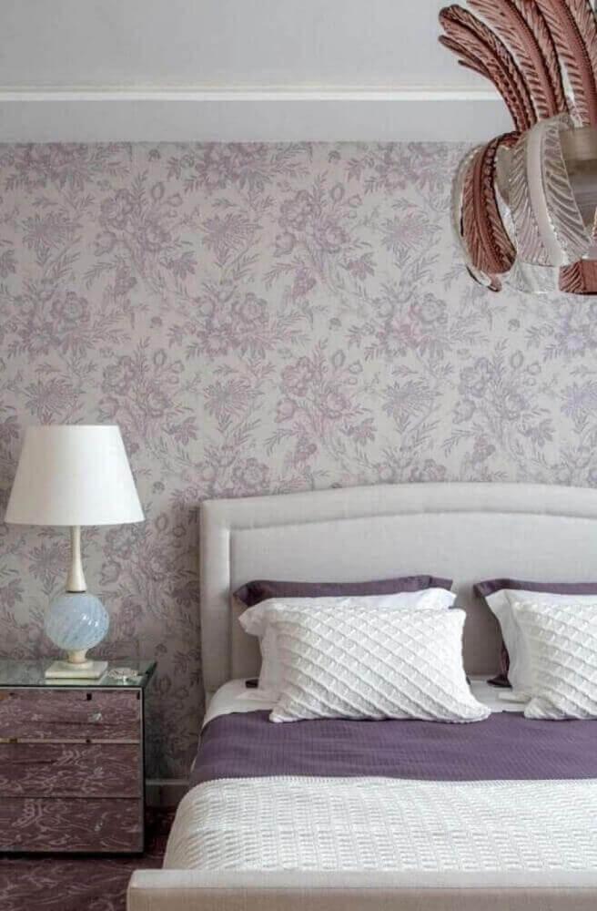 papel de parede floral para quarto de casal decorado com criado mudo espelhado Foto The Holk